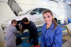 Flicka i mekanikergrupp Arkivfoton