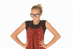 Flicka i moderiktiga svarta exponeringsglas och röd och svart överkant Arkivfoto