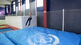 Flicka i nöjesfält som rider ett rep lager videofilmer