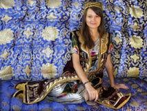 flicka i nationell dräkt för uzbek Arkivfoton