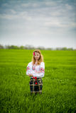 Flicka i nationell klänning Royaltyfri Fotografi
