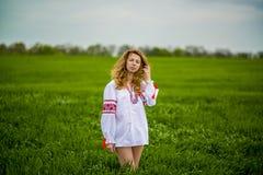 Flicka i nationell klänning Arkivfoto