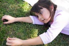 Flicka i natur arkivfoton