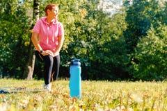 Flicka i naturen för sportsliga händelser Sportvattenflaska Sund livsstil arkivfoto