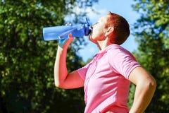 Flicka i naturen f?r sportsliga h?ndelser Sportvattenflaska Sund livsstil arkivbild