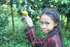 Flicka i orange kolonier Arkivbilder