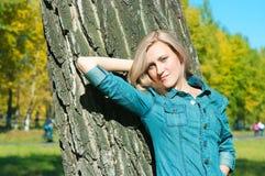Flicka i parken Arkivfoto