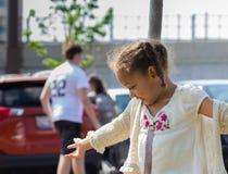 Flicka i parkera fotografering för bildbyråer