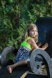 Flicka i parkera arkivbilder