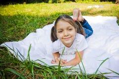 Flicka i parkera Royaltyfri Foto