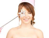 Flicka i partilock med den magiska pinnen Royaltyfri Foto
