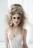Flicka i pompadour-stil pompadour med en stor frisyr och en korsett Barock- och rokokoande Arkivbild