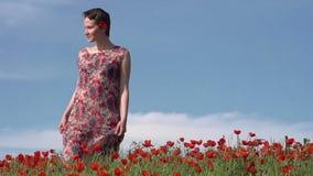 Flicka i Poppy Field arkivfilmer