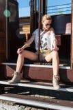 Flicka i posera för spårvagn Arkivfoton
