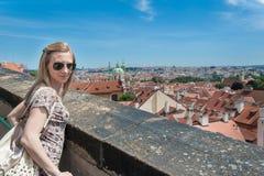 Flicka i Prague gator Fotografering för Bildbyråer
