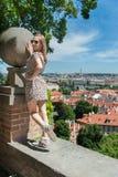 Flicka i Prague gator Arkivfoto