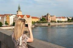 Flicka i Prague som tar foto Arkivfoto