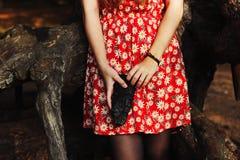 Flicka i röd klänning i skogen fotografering för bildbyråer