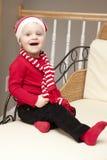 Flicka i röd wintry kläder Fotografering för Bildbyråer