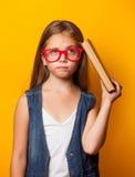 Flicka i röda exponeringsglas med böcker Royaltyfria Foton