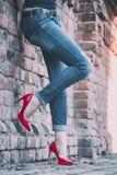 Flicka i röda skor för patenterat läder royaltyfri foto