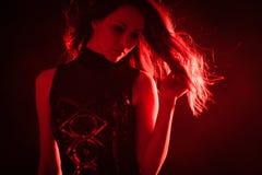 Flicka i rött ljus fotografering för bildbyråer