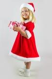 Flicka i rött lock för nytt år med en celebratory gåva fotografering för bildbyråer