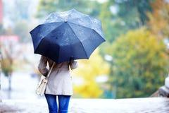 Flicka i regna Arkivbilder