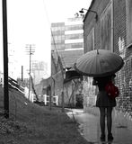 Flicka i regna Arkivbild