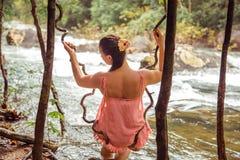 Flicka i regnskogen, bakre sikt Royaltyfri Foto