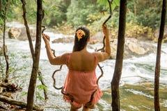 Flicka i regnskogen, bakre sikt Arkivbild