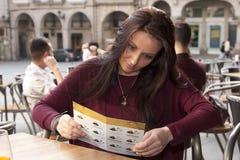 Flicka i restaurangen Royaltyfri Foto