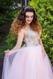 Flicka i rosa bröllopsklänning fotografering för bildbyråer