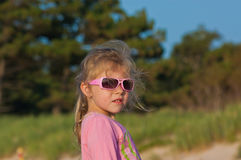 Flicka i rosa exponeringsglas Arkivbild