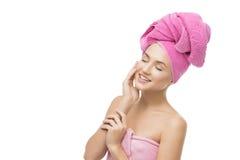 Flicka i rosa handduk Royaltyfri Bild