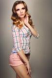 Flicka i rutig skjorta fotografering för bildbyråer