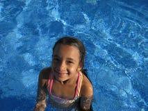 Flicka i simbassäng Arkivbild