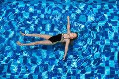 Flicka i simbassäng Arkivfoton