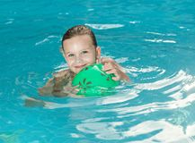 Flicka i simbassängen Royaltyfri Fotografi