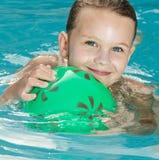 Flicka i simbassängen Arkivfoto