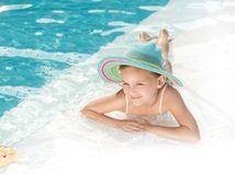 Flicka i simbassängen Arkivbild