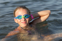 Flicka i simningexponeringsglas Arkivbild