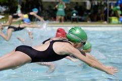 Flicka i simningstor festlopp royaltyfri foto