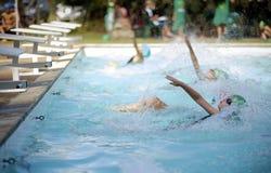 Flicka i simningstor festlopp royaltyfri fotografi