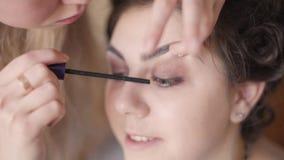 Flicka i skönhetsalong lager videofilmer