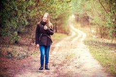 Flicka i skog Fotografering för Bildbyråer