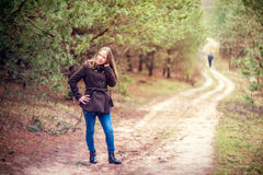 Flicka i skog Arkivbild