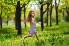 Flicka i skogen Fotografering för Bildbyråer
