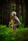 Flicka i skogen Royaltyfri Foto