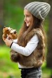 Flicka i skogen Arkivfoton